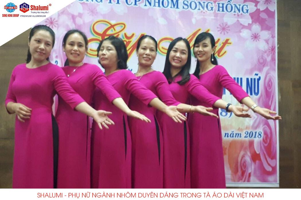 Shalumi Phụ nữ ngành nhôm duyên dáng trong tà áo dài Việt Nam