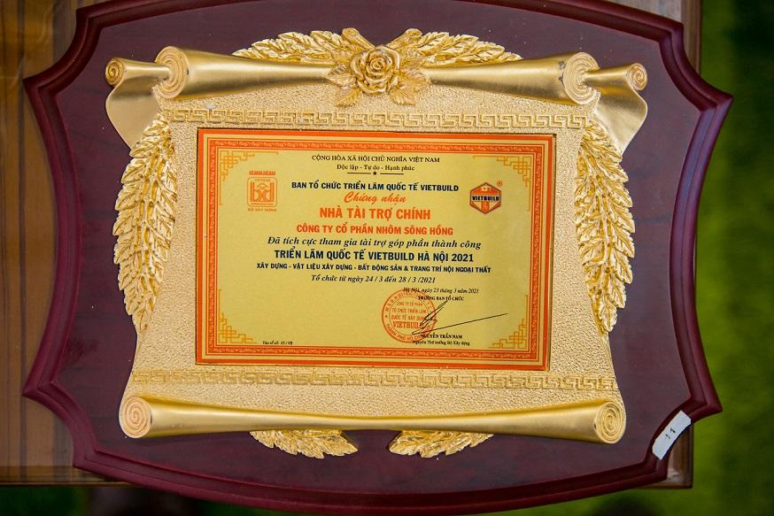 SHALUMI nhận kỷ niệm chương chứng nhận nhà tài trợ chính triển lãm Quốc tế Vietbuild năm 2021