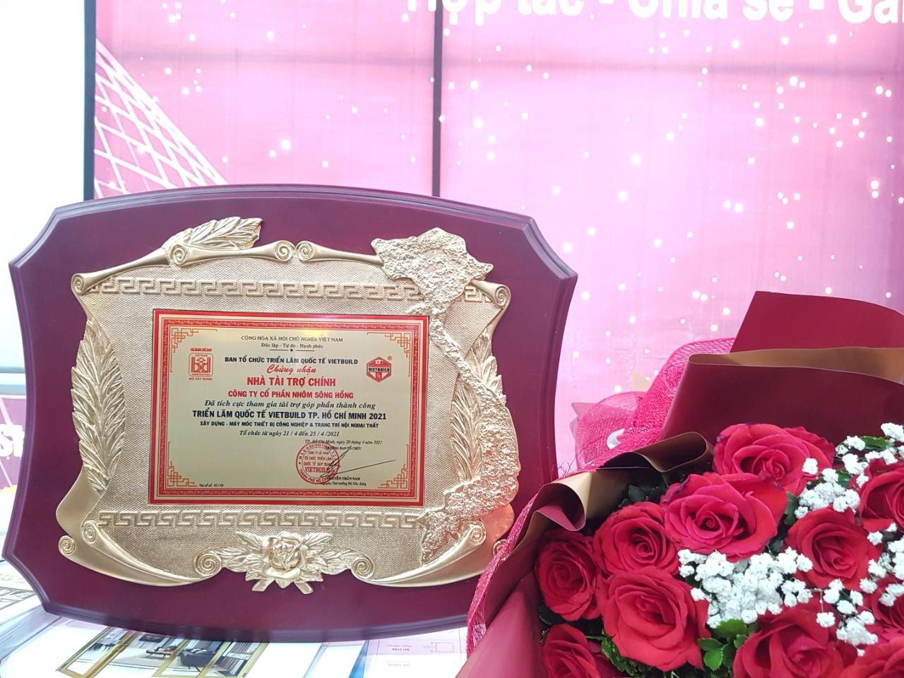Sông Hồng Group nhận kỷ niệm chương chứng nhận nhà tài trợ chính triển lãm Quốc tế Vietbuild Hồ Chí Minh năm 2021
